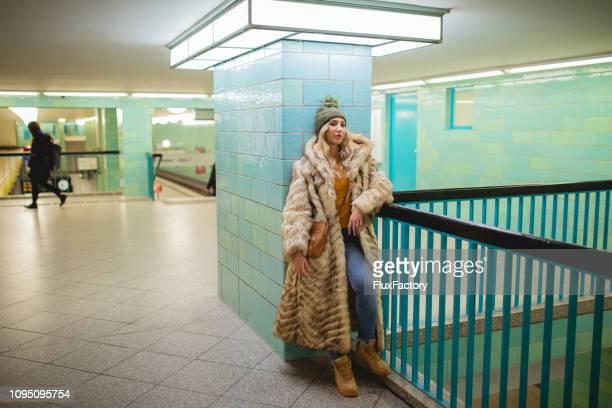 linda loira ina posando em uma estação de metrô de casaco de pele - casaco de pele - fotografias e filmes do acervo
