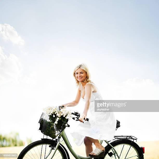 Wunderschöne blonde Reiten Fahrrad.
