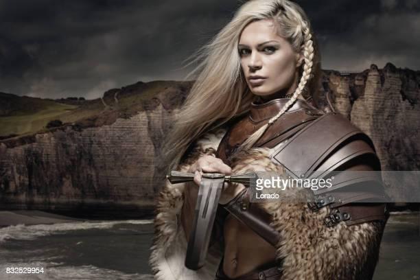 Vacker blond svärd svingar viking krigare kvinna