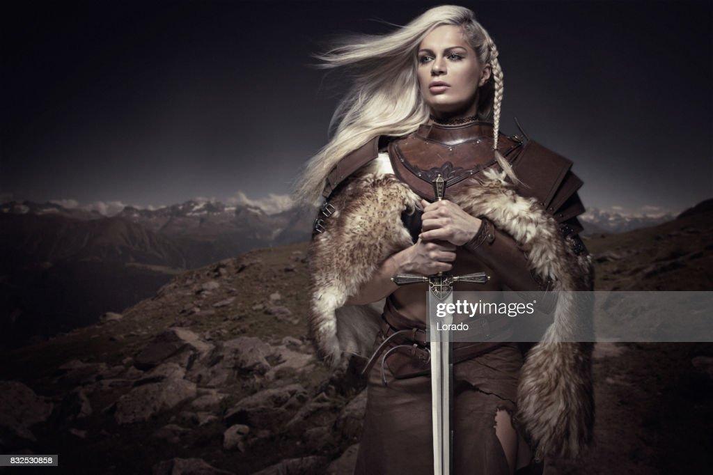 Schöne Blondine Schwert schwingende Viking Warrior weiblich : Stock-Foto