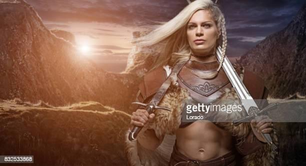 schöne blondine schwert schwingende viking warrior weiblich - wikinger stock-fotos und bilder