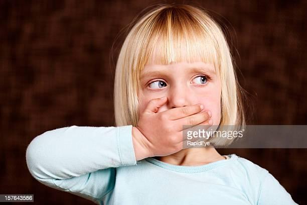 美しいブロンドの幼児'Speak Evil'サインがありません。
