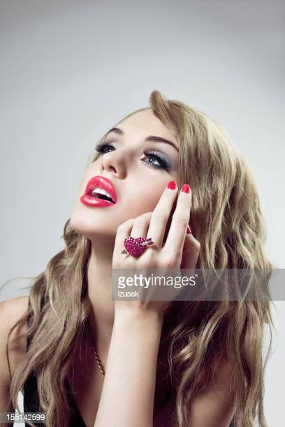 Belle blonde avec anneau en forme de cœur