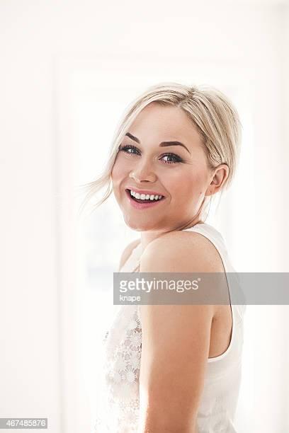 Schöne blonde Frau im Freien