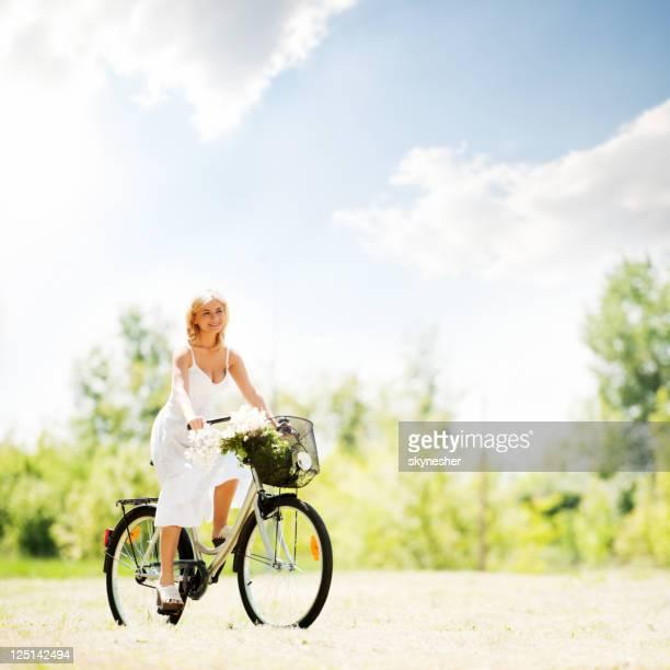 Belle blonde femme équitation un vélo.