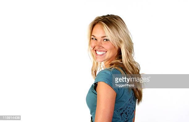 Bleu magnifique Blonde fille heureux avec des dents blanches