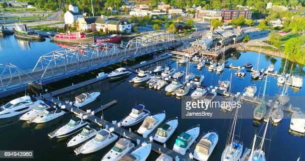 belos barcos na orla marítima de sturgeon bay ao nascer do sol. - wisconsin - fotografias e filmes do acervo