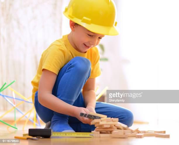 Mooie jongen speelt met blokken en handgereedschap