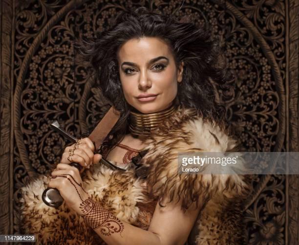ヘナの入れ墨を着て美しいブルネットのエスニック戦士の女性 - iranian culture ストックフォトと画像