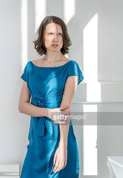 美しいブルネットのライトブルーのドレス