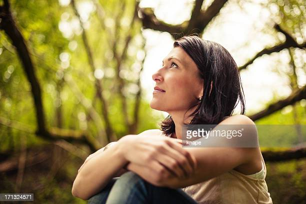 beautiful brunette in nature - 30 39 jaar stockfoto's en -beelden