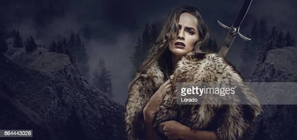 Vackra brunett svärd svingar viking krigare kvinna