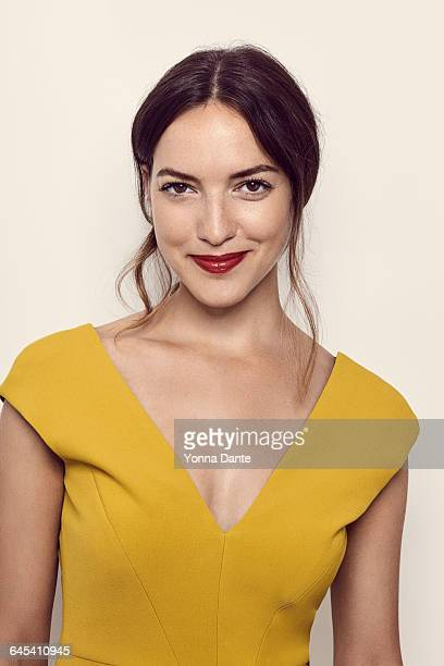 beautiful brunette with red lips an freckles - vestido amarillo fotografías e imágenes de stock