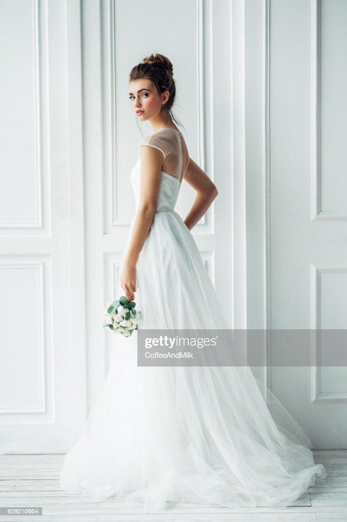 Beautiful brunette woman as bride with wedding bouquet : Foto stock