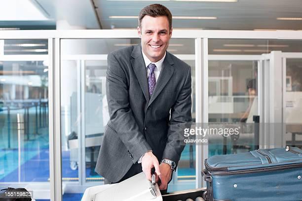 Schöne Geschäftsmann lächelnd am Flughafen Sicherheit, Textfreiraum