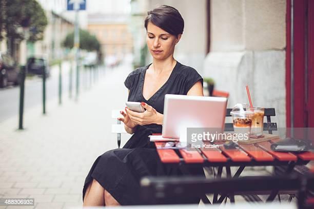 Linda Mulher de Negócios, tendo o pequeno-almoço no café