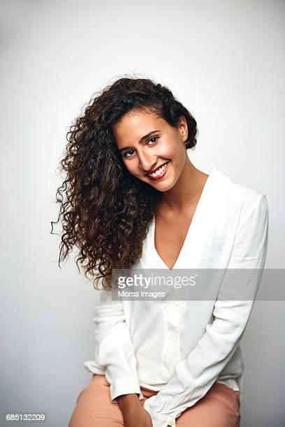 beautiful businesswoman smiling over white - cabelo preto - fotografias e filmes do acervo