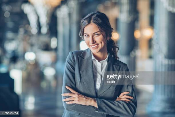 Schöne Geschäftsfrau mit Arme verschränkt