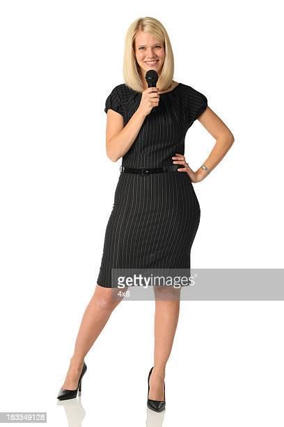 Hermosa mujer de negocios con micrófono