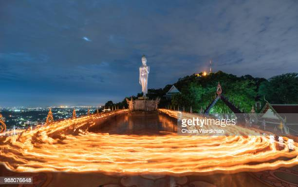 beautiful candle light from buddhists are moving around big buddha statue in evening. - sukhothai stockfoto's en -beelden