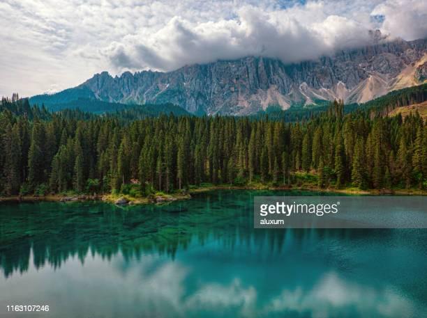ドロミテイタリアの美しいカレッツァ湖 - トレンティーノ ストックフォトと画像