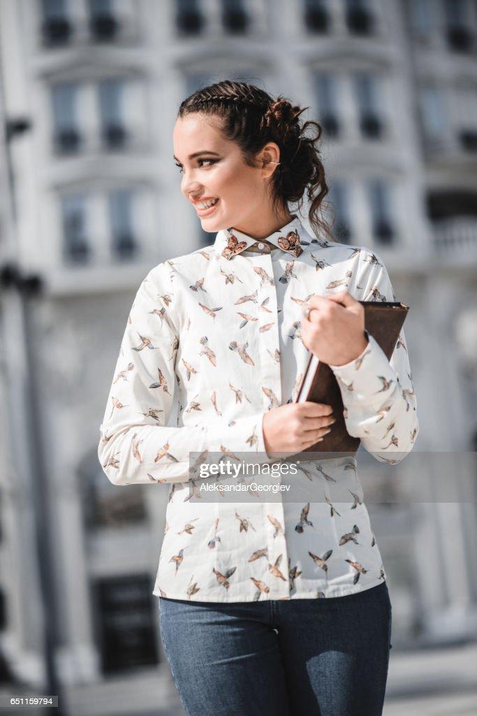 Mooie Kaukasische vrouwelijke Student in de stad : Stockfoto