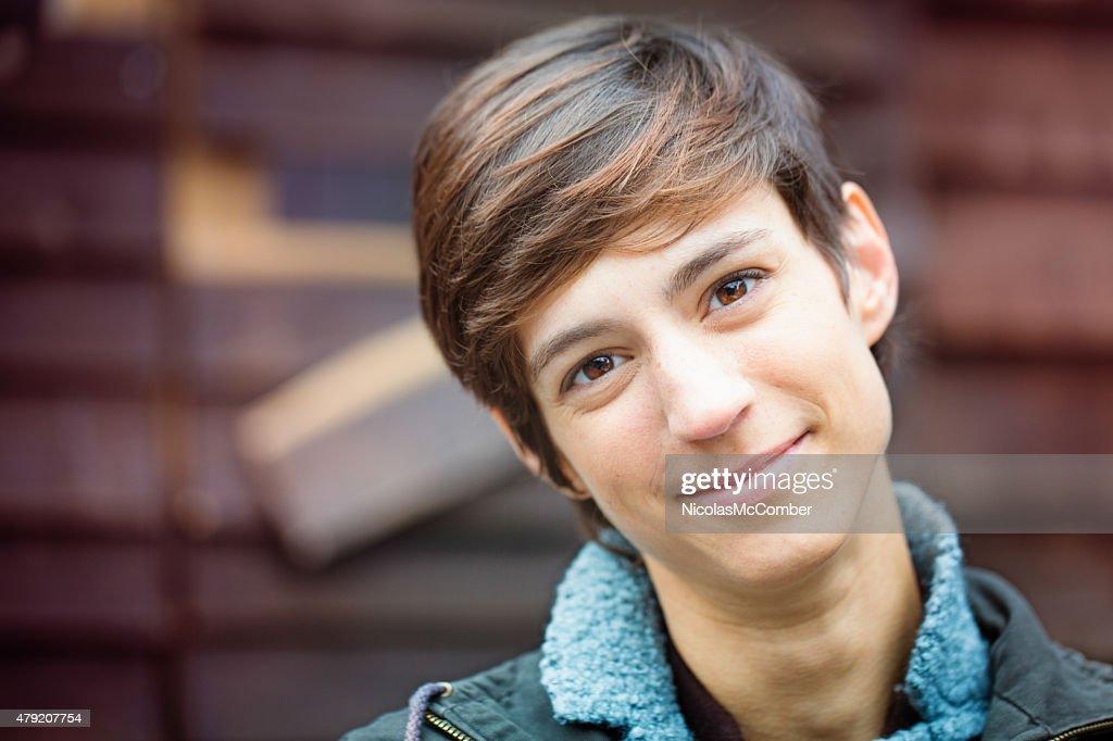 Schöne fröhliche junge androgynous British Frau freundlichen Lächeln : Stock-Foto