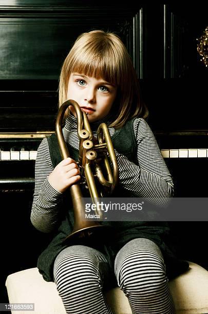 美しいお子様保持トランペット - トランペット奏者 ストックフォトと画像