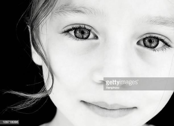 beautiful child looking at the camera - onschuld stockfoto's en -beelden