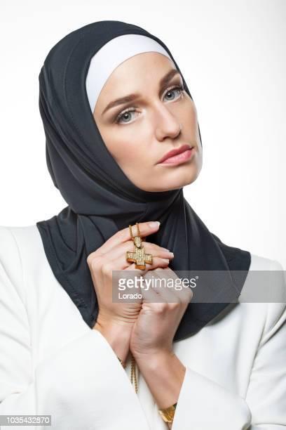 習慣を身に着けている美しいキリスト教の女性 - 聖職服 ストックフォトと画像