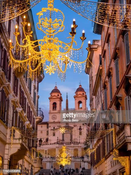 bellissime decorazioni natalizie adornano piazza di spagna nel cuore di roma - natale di roma foto e immagini stock