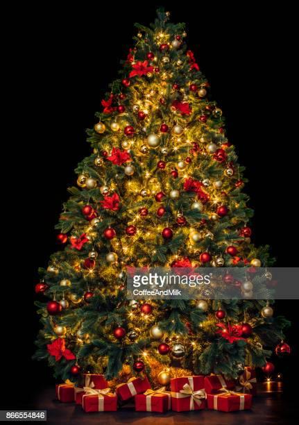 Bel arbre de Noël avec des boîtes-cadeaux