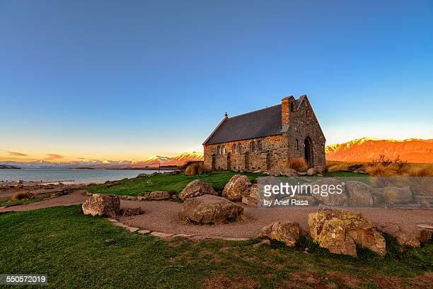 beautiful church with snow mountain in background - lago tekapo fotografías e imágenes de stock