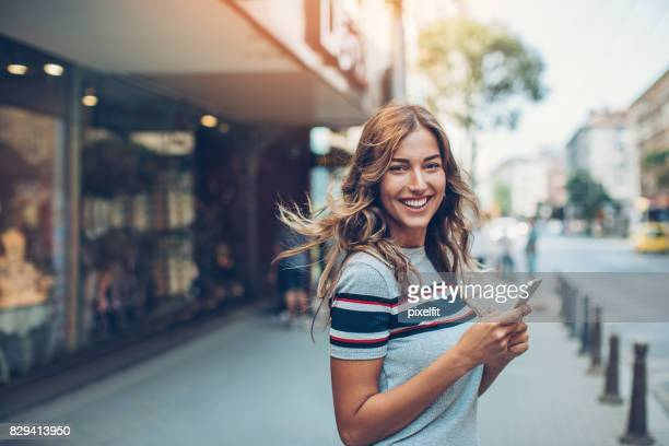 beautiful city girl with smart phone - raparigas imagens e fotografias de stock