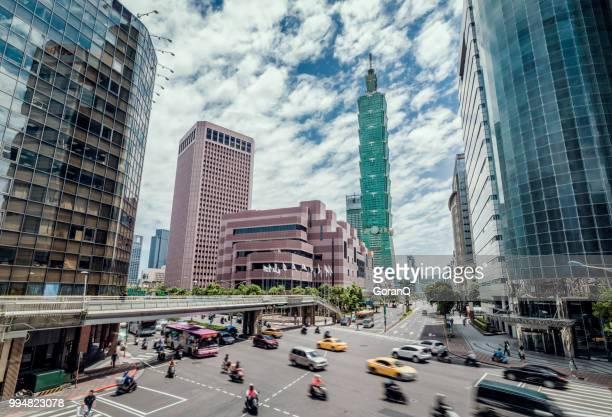 臺北市交通擁堵的美麗城市景觀 - taipei 101 個照片及圖片檔