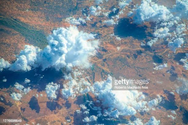beautiful clouds over africa - cor saturada - fotografias e filmes do acervo