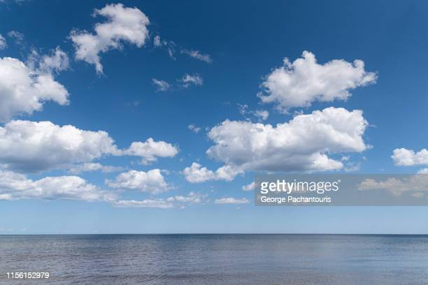 beautiful clouds over calm sea - nuvens fofas imagens e fotografias de stock