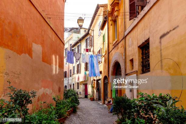 beautiful cobbled street in rome, italy - culture italienne photos et images de collection