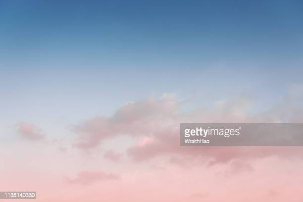 beautiful colorful clouds at sunset - bleu photos et images de collection
