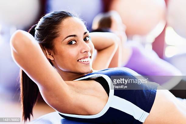 Magnifique confiant jeune femme smilingly EST sit ups