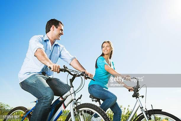 Schönes paar Radfahren im park.