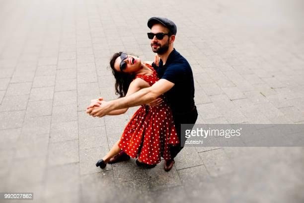 Ein schönes Paar Tanzen in den Straßen von Berlin