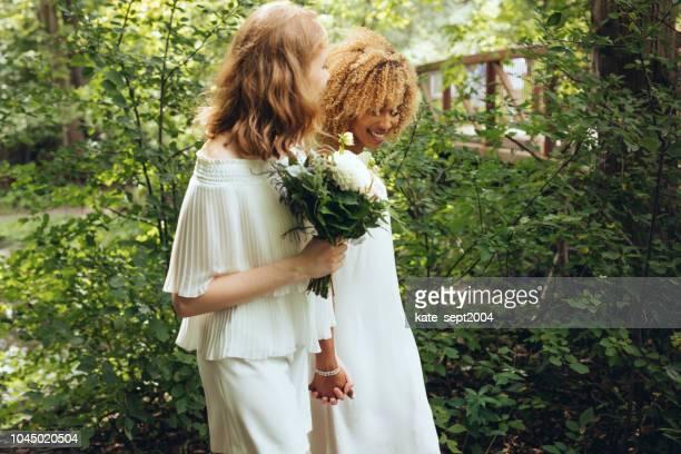 mooie paar op hun trouwdag - lesbische stockfoto's en -beelden