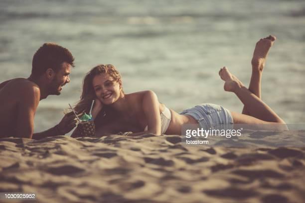 Schönes paar Entspannung am Strand