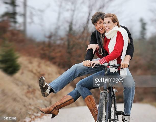 Schönes paar Reiten auf einem Fahrrad (XXXL
