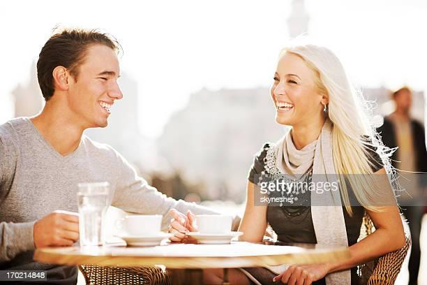 Bella coppia seduta in un caffè.