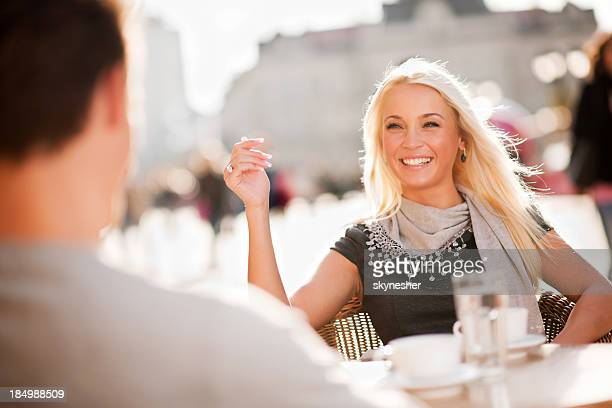 Beau couple assis dans un café