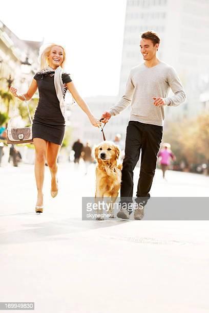 Beau couple promener le chien