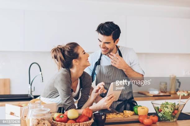 Beau couple avec tablette numérique dans la cuisine