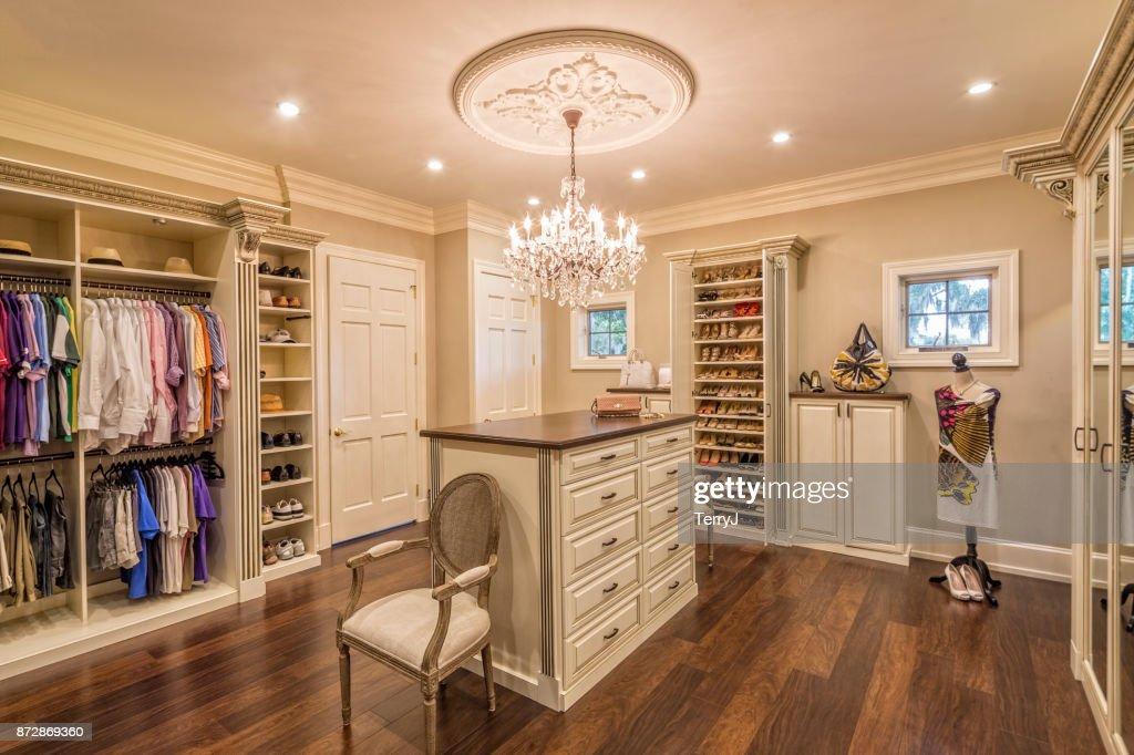 Lindo armário feito sob encomenda em uma casa de fazenda : Foto de stock